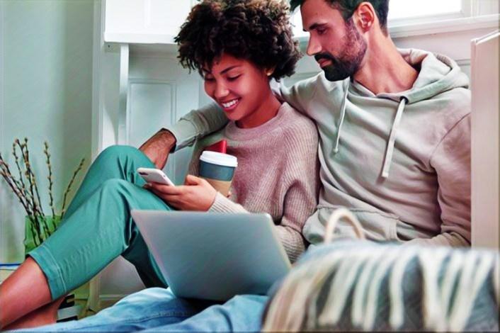 Tu pareja viendo redes sociales