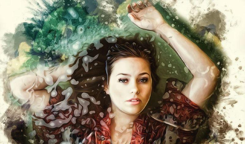 Mujer recostada sobre el agua