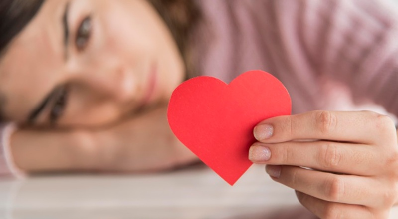 Mujer ofreciendo su corazón