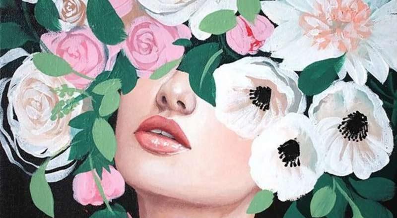 Una mujer rodeada de flores