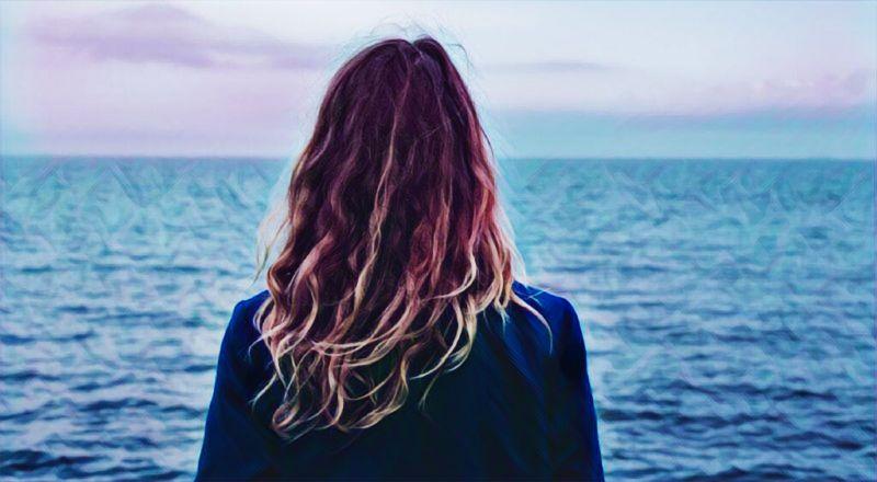 Una mujer mirando hacia el horizonte