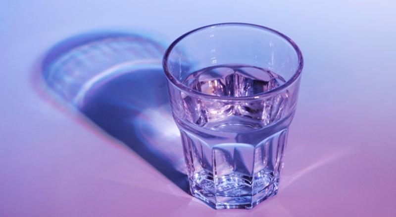 Un vaso con agua