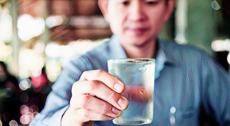 La fábula del vaso de agua y la importancia de soltar las cargas de la vida