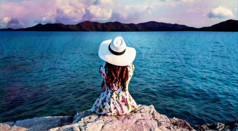 Una mujer a la orilla del mar