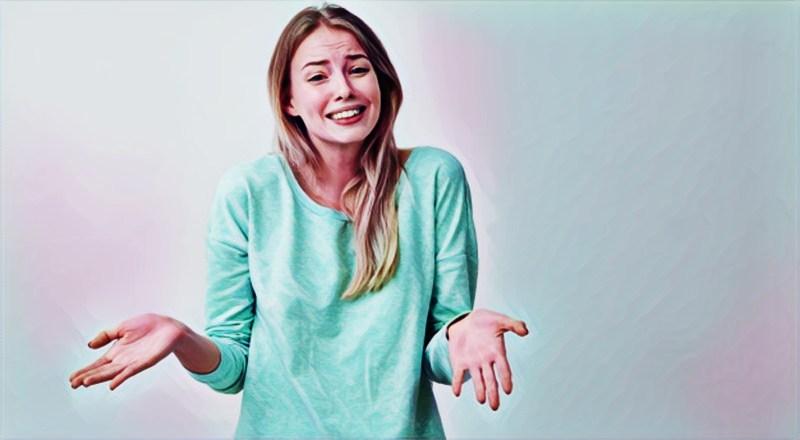 Una mujer haciendo gestos con las manos