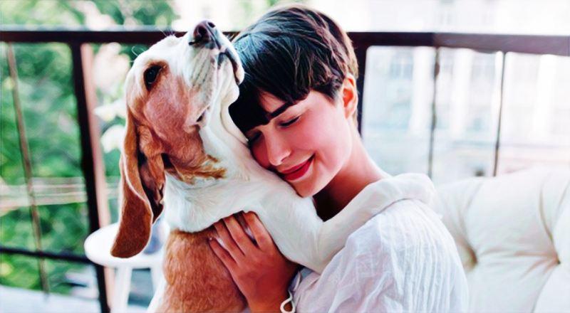 Una mujer abrazando a su perro