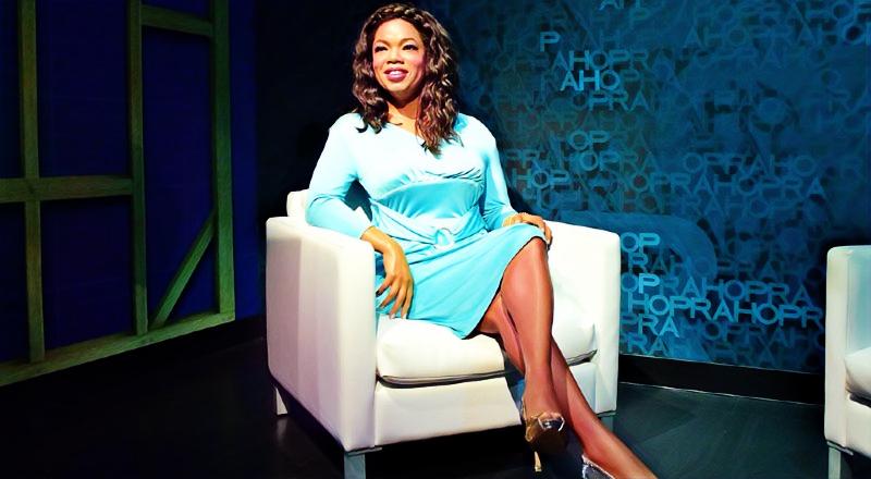 Oprah Winfrey sentada en un sillón